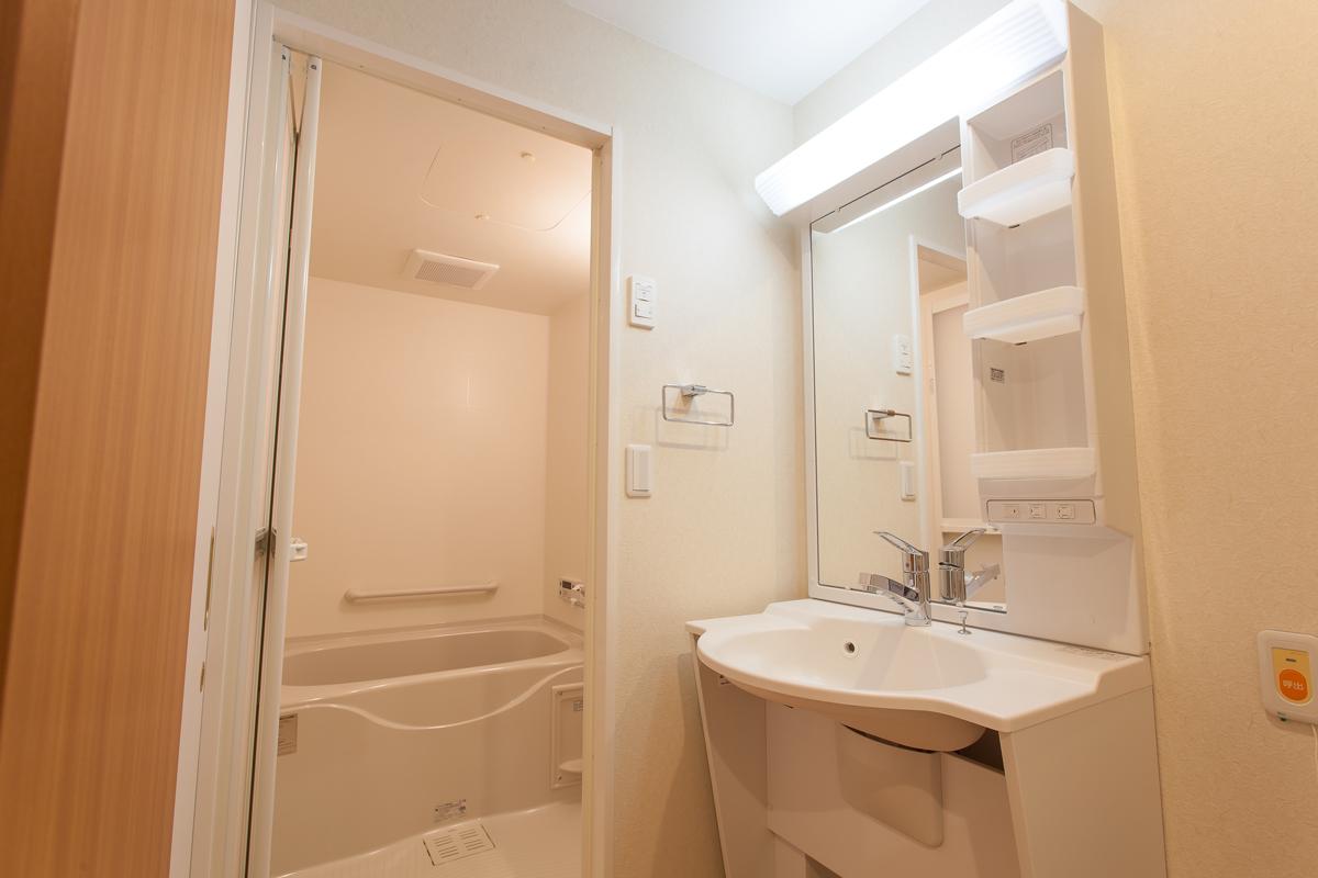 ゆったりサイズの浴室